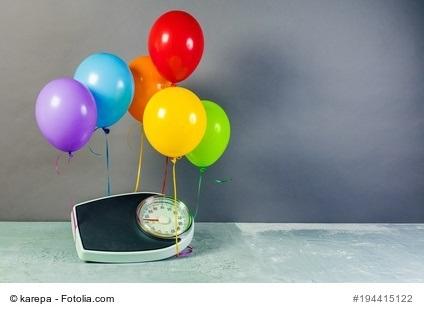 Waage hebt an bunten Ballons ab