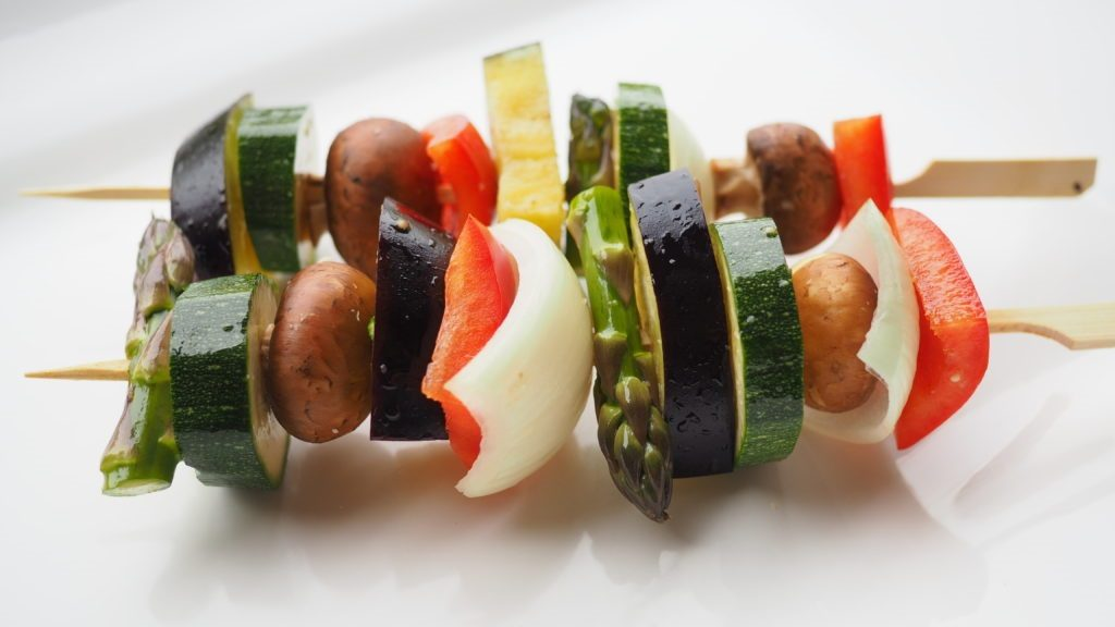 Gemüsespieße für den Grill vor dem Garen - LCHF-Tellerspione KW 16 – 2018