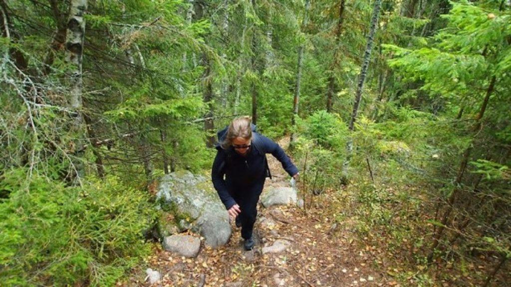 Die persönliche Handbremse ist gelöst - Annika bei steilem Aufstieg