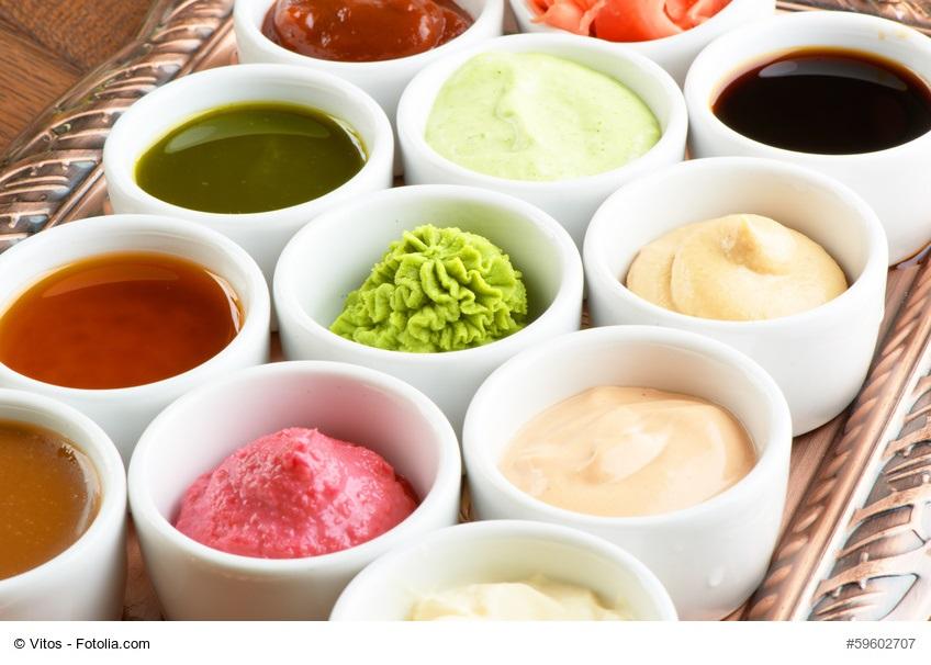 LCHF Rezepte - Sammlung an Saucen und Butter in kleinen, weißen Schälchen