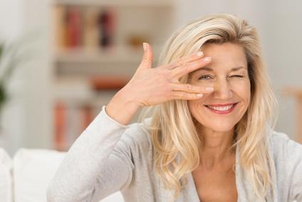 LCHF und Gesundheit - Frau schaut durch die Finger, hat den Durchblick