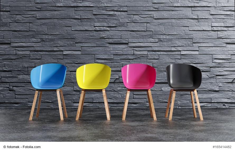 Serien auf LCHF - 4 gleiche Stühle in verschiedenen Farben in Reihe aufgestellt