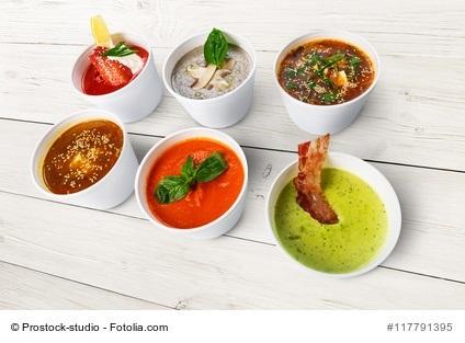 Diverse Eintöpfe und Suppen in Schälchen - LCHF Rezepte