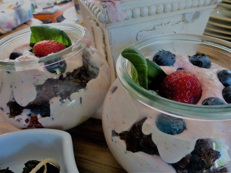 Joghurt mit Schokocrunch und Beeren