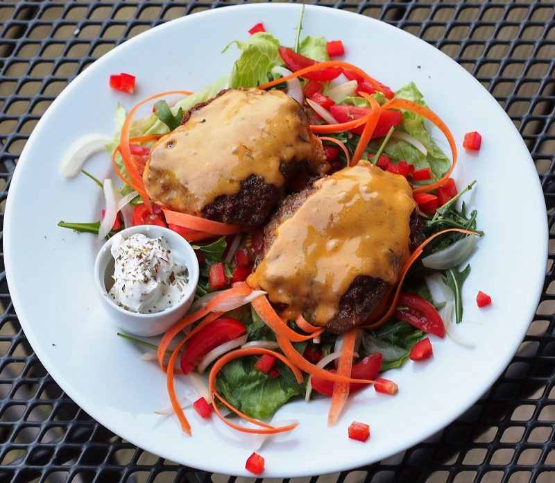 Ziegenburger auf Salatbett hübsch auf einem Teller angerichtet