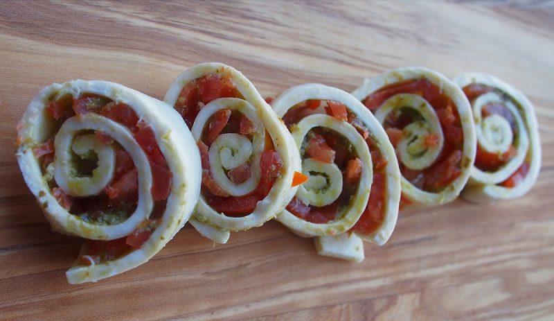 Mozzarella Wrap mit Pesto und Tomate in Schnecken geschnitten