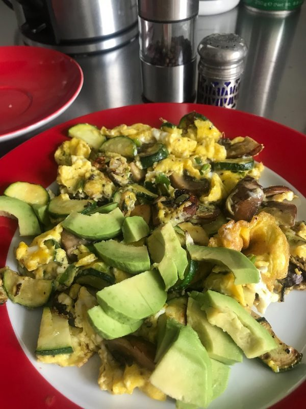 Zwiebel-Zucchini-Rührei mit Avocado