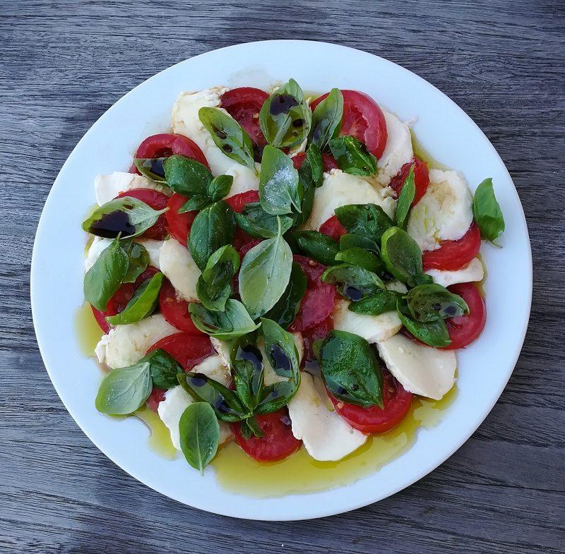 Tomate-Mozzarella auf einem Teller hübsch angerichtet