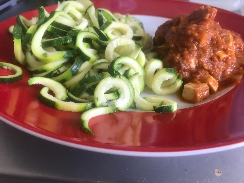 Zucchini-Nudeln mit Tomaten-Bolognese