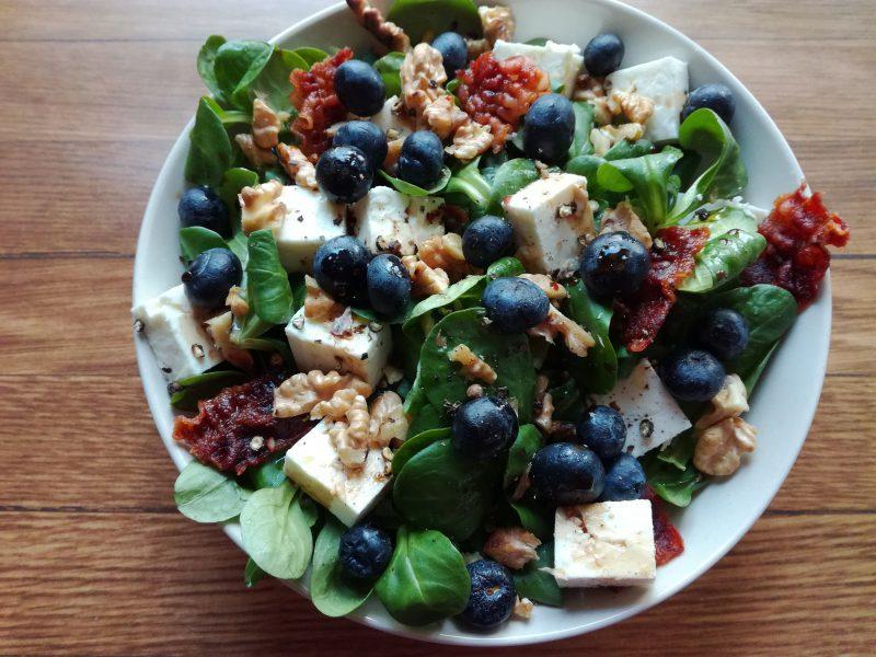 Bunter Salat mit Heidelbeeren - aber dann gibt es wirklich endlich Kaffeeliebe!