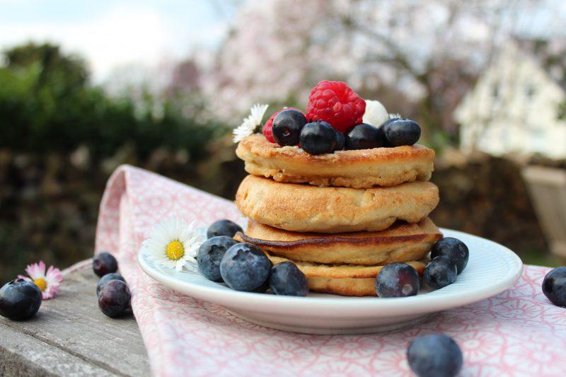 @natuerlich_LCHF - gestapelte Pancakes mit Beeren